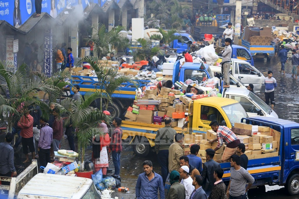 Traders load pickup trucks with goods they saved from the massive fire at Gulshan DNCC market. Photo: mostafigur rahman
