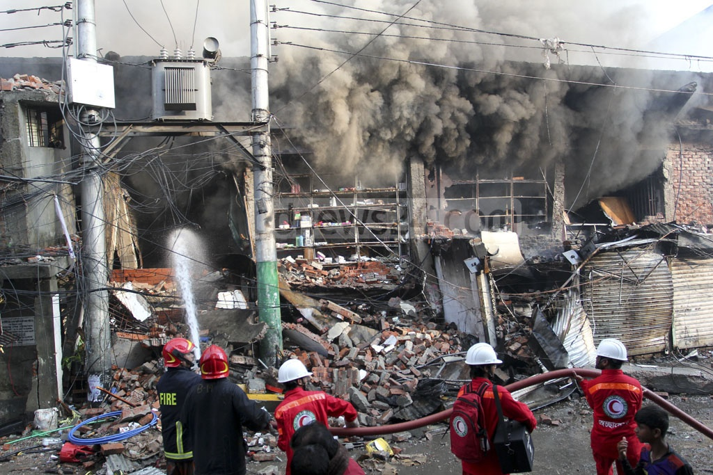 Fire ravages Gulshan-1 DNCC Market 12 hours after it broke out early on Tuesday. Photo: asif mahmud ove