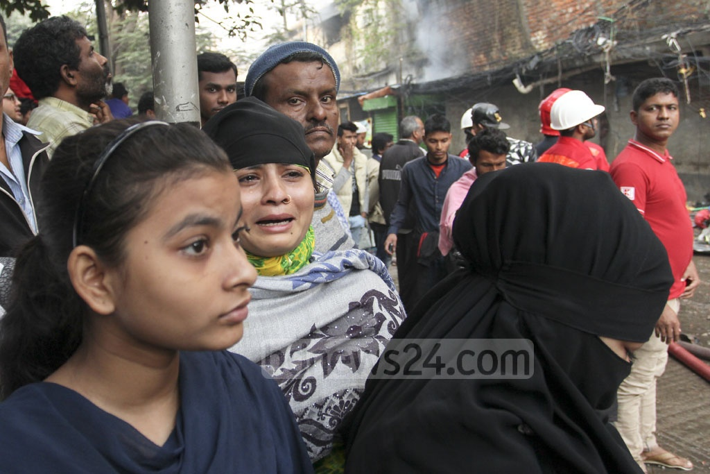 Businesspersons from Gulshan-1 DNCC market break down in tears as fire ravages through their shops on Tuesday.