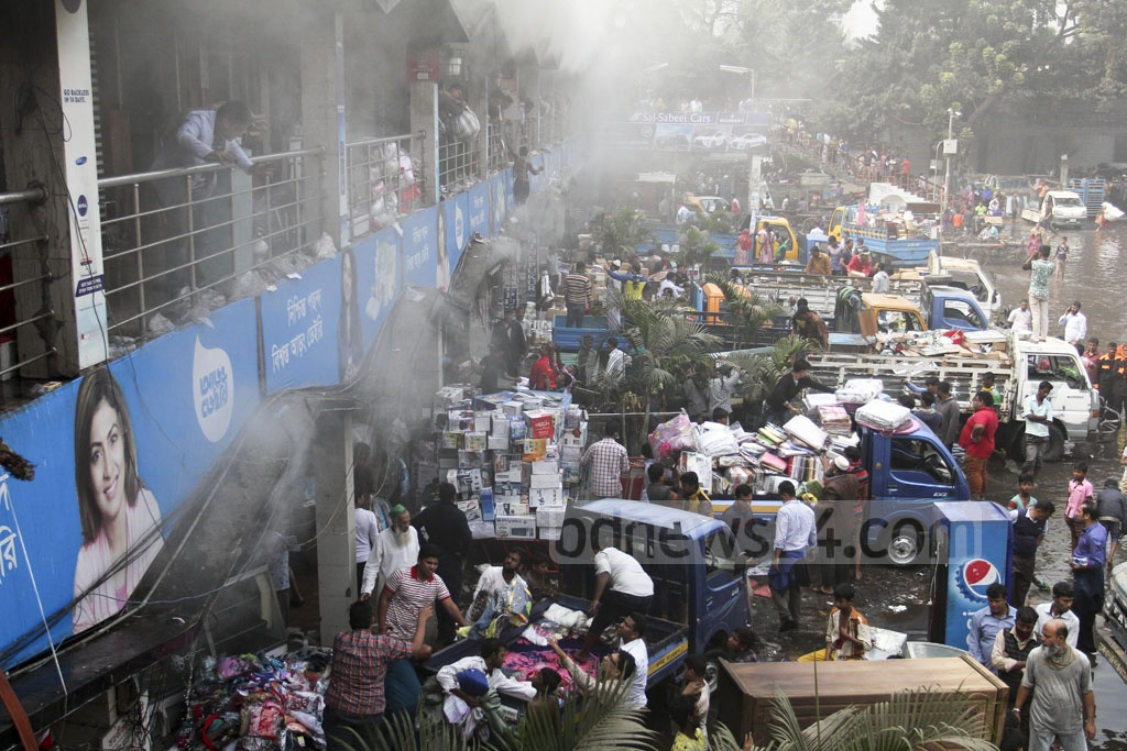 Traders load pickup trucks with goods they saved from the massive fire at Gulshan DNCC market. Photo: asif mahmud ove
