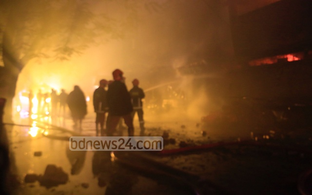 Fire crew frantically try to douse the fire ravaging DCC Market in the capital's Gulshan-1 on Tuesday. bdnews24.com Senior Photographer Mostafigur Rahman clicked the photo at 5:15am.