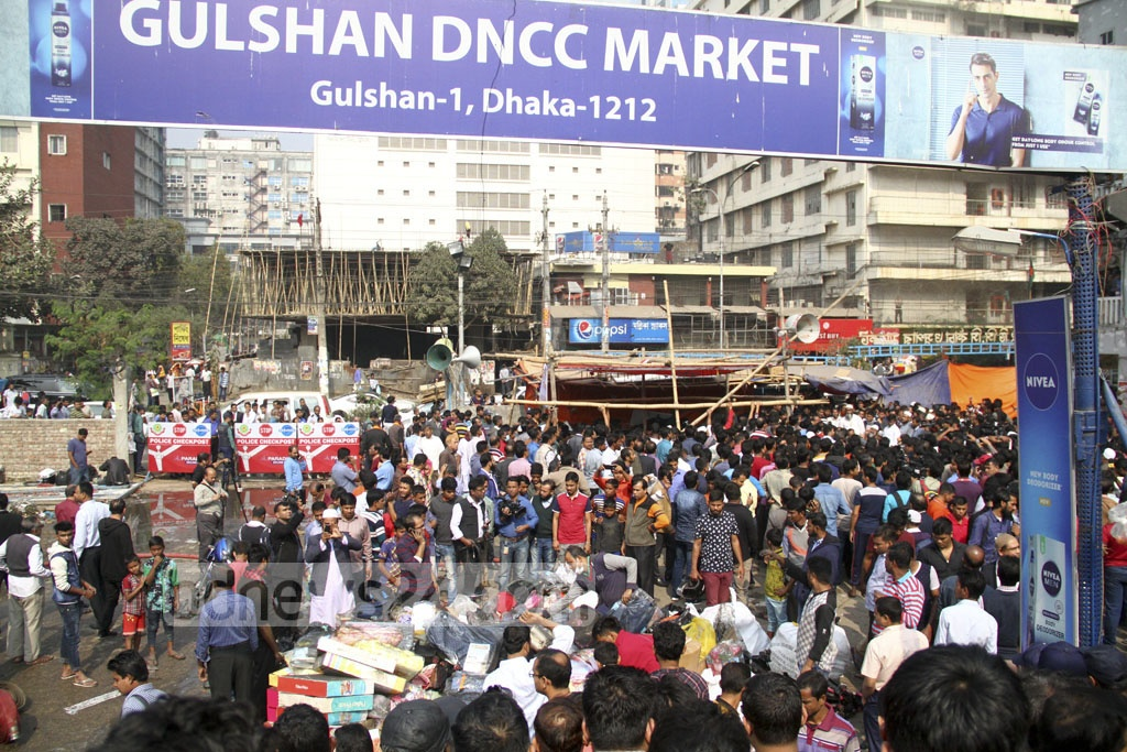 A crowd gathers outside the Gulshan DNCC Market ravaged by a huge fire. Photo: abdul mannan