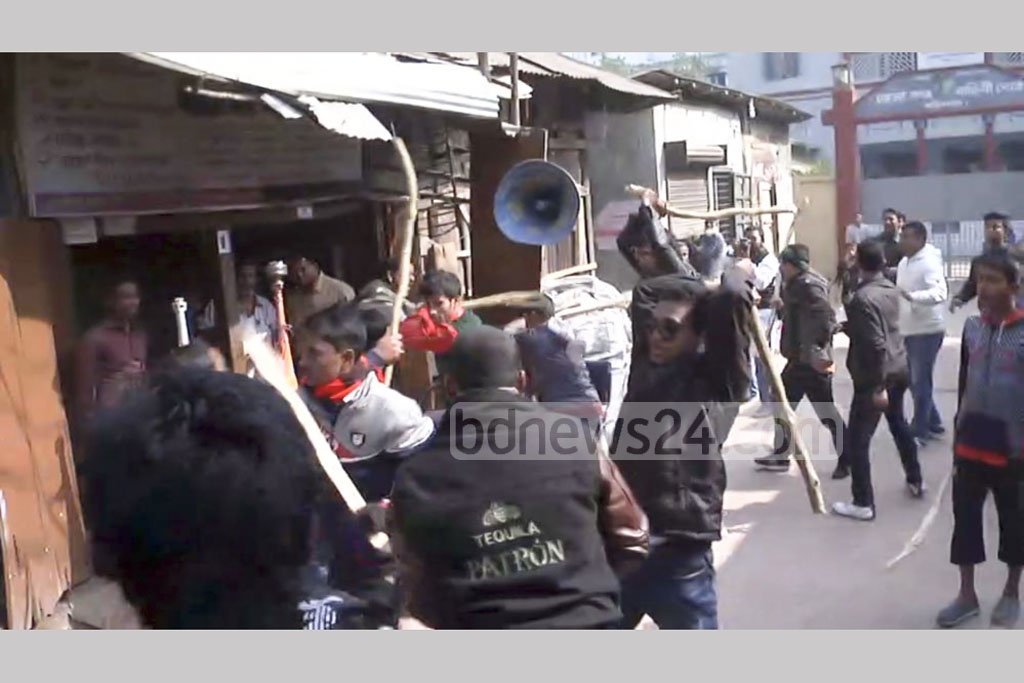 Awami Juba League and Bangladesh Chhatra League workers swooped down on BNP leaders and activists who gathered in front of the Barisal City BNP office to take out a black-flag procession to protest the 2014 parliamentary elections.