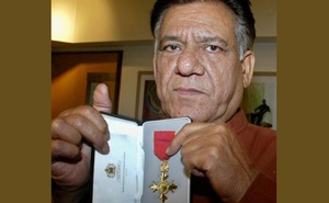 Bollywood actor Om Puri shows his Order of British Empire (OBE) award during a function in Bombay April 18, 2005. Reuters