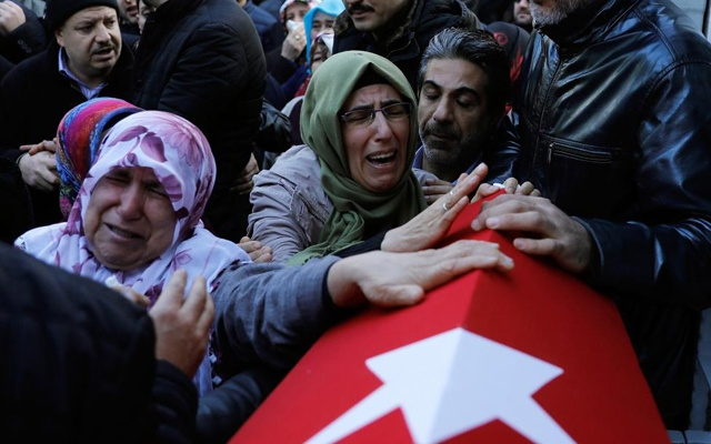 Relatives of Fatih Cakmak, a security guard and a victim of an attack by a gunman at Reina nightclub, react during his funeral in Istanbul, Turkey, January 2, 2017. Reuters