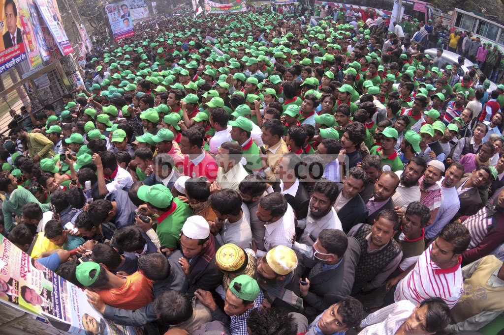 Leaders and activists of the Awami League crowd the entrance to Dhaka's Suhawardy Udyan for a party rally organised to commemorate the homecoming of Bangabandhu Sheikh Mujibur Rahman after Bangladesh's Liberation War. Photo: abdul mannan