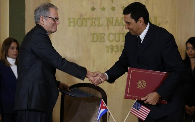 Jeffrey DeLaurentis, US Charge d'Affaires in Cuba (L), shakes hands with Cuban Deputy Transportation Minister Eduardo Rodriguez Davila after signing accords to join forces to prevent, contain and cleanup oil spills in their respective Gulf of Mexico waters, in Havana, Cuba, January 9, 2017. Reuters