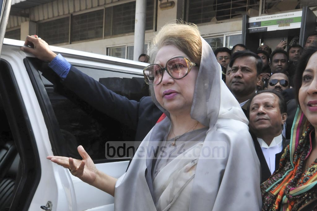 BNP Chairperson Khaleda Zia gestures as she appearers before Dhaka's Third Special Judge's Court in Old Dhaka's Bakshibazar on Thursday to deliver her unfinished defence statement in Zia Charitable Trust corruption case.