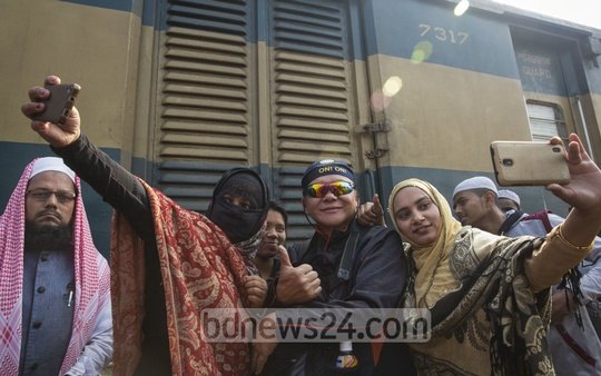 Two female devotees who came to attend Akheri Munajat in Bishaw Ijtema in Tongi on Sunday could not resist temptation of taking selfie with a foreign photographer who was covering the event.