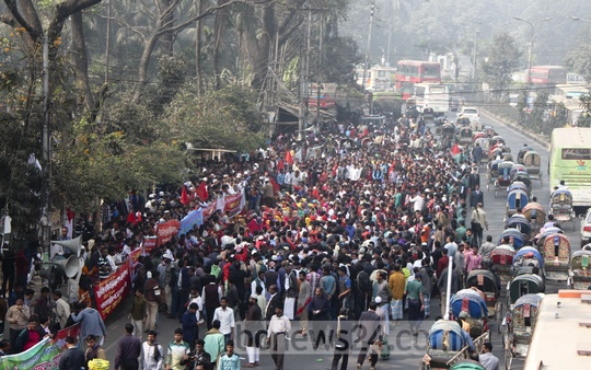 Construction workers rally in front of the National Press Club in Dhaka on Wednesday in support of 'Demand Day' on Jan 18.