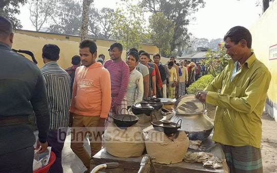 Prison authorities at Madaripur jail provide 899 inmates with Chitoi and Bhapa Pitha on Thursday morning.