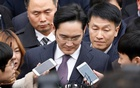Samsung Group chief, Jay Y Lee, leaves after attending a court hearing to review a detention warrant request against him at the Seoul Central District Court in Seoul, South Korea, January 18, 2017. Reuters