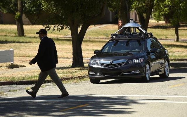 FILE PHOTO: An autonomous version of Acura's RLX Sport Hybrid SH-AWD stops for a simulated pedestrian crossing at carmaker Honda's testing grounds at the GoMentum Station autonomous vehicle test facility in Concord, California, U.S., June 1, 2016. Reuters