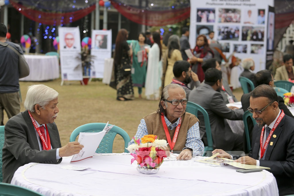 Professor Anisur Rahman (centre) and former additional secretary Abu Saleh (right) at the EADS reunion.