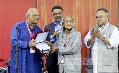 File Photo: The then finance minister AMA Muhith handing a crest to retired professor Husniara Huq at the annual gathering of Dhaka University English Department Alumni Society (EDAS) on Jan 27, 2017.