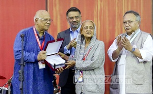 Finance Minister AMA Muhith, the oldest alumnus present who did his MA in 1955, hands a crest over to retired professor Husniara Haq.