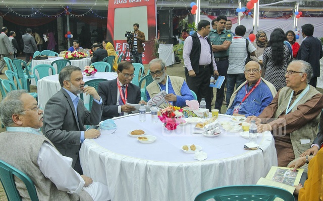 EDAS President Wazir Sattar (extreme left), General Secretary Toufique Imrose Khalidi (2nd left), poet Mohammad Nurul Huda (3rd right), Finance Minister AMA Muhith (2nd right),theatre activist Ramendu Majumder (extreme right) at the table.