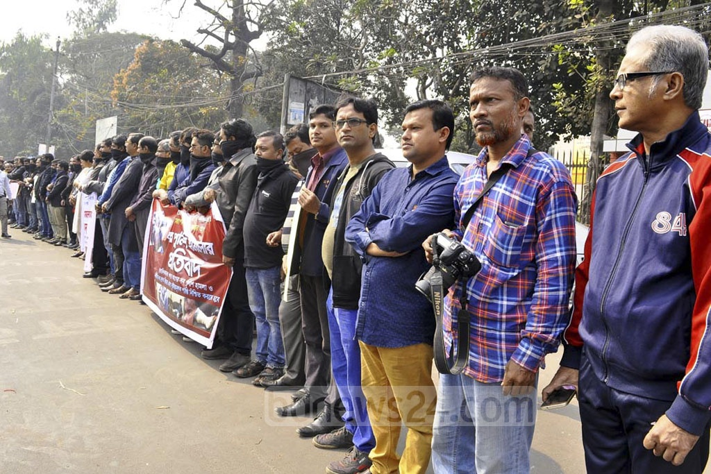 A human chain in front of the National Museum at the Shahbagh intersection in Dhaka on Saturday to protest attacks on ATN News Correspondent Ehsan Bin Didar and Cameraperson Abdul Alim during the anti-Rampal demonstrations in Dhaka on Thursday.