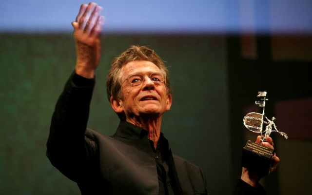 British actor John Hurt holds the Gold Giraldillo Award as a tribute to his career during the Sevilla European film festival in the Andalusian capital of Seville November 7, 2009. Reuters