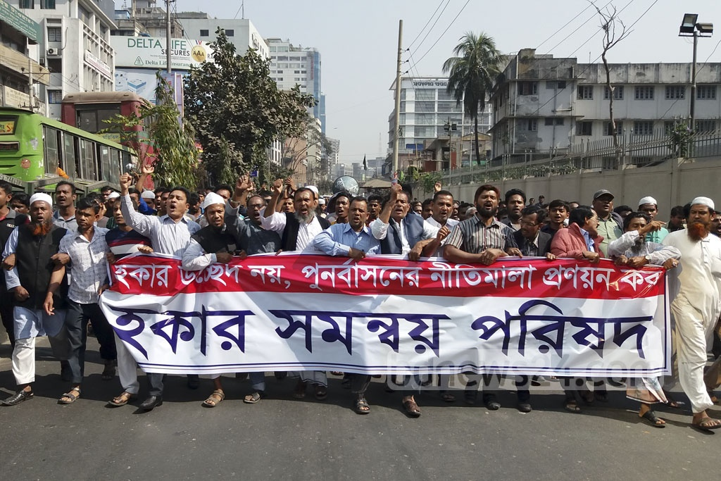 Members of the Hawkers Union march to the Secretariat in Dhaka on Sunday to deliver a memo to the local government minister to demand a halt to the eviction of street hawkers.