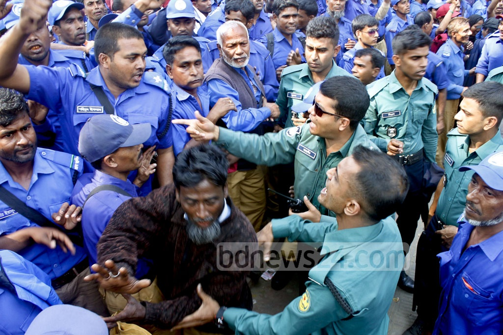 Police block a Gram (village) Police officials' march calling for a six-point demand charter including a call for a national pay scale at the Central Shaheed Minar in Dhaka on Sunday.
