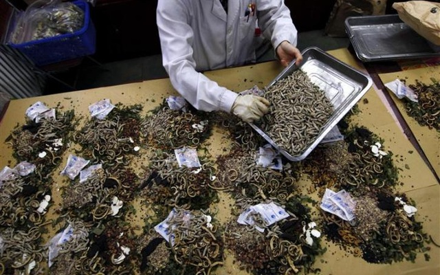 A worker prepares traditional Chinese herbal medicines at Beijing's Capital Medical University Traditional Chinese Medicine Hospital in this May 25, 2011 file photo. Reuters