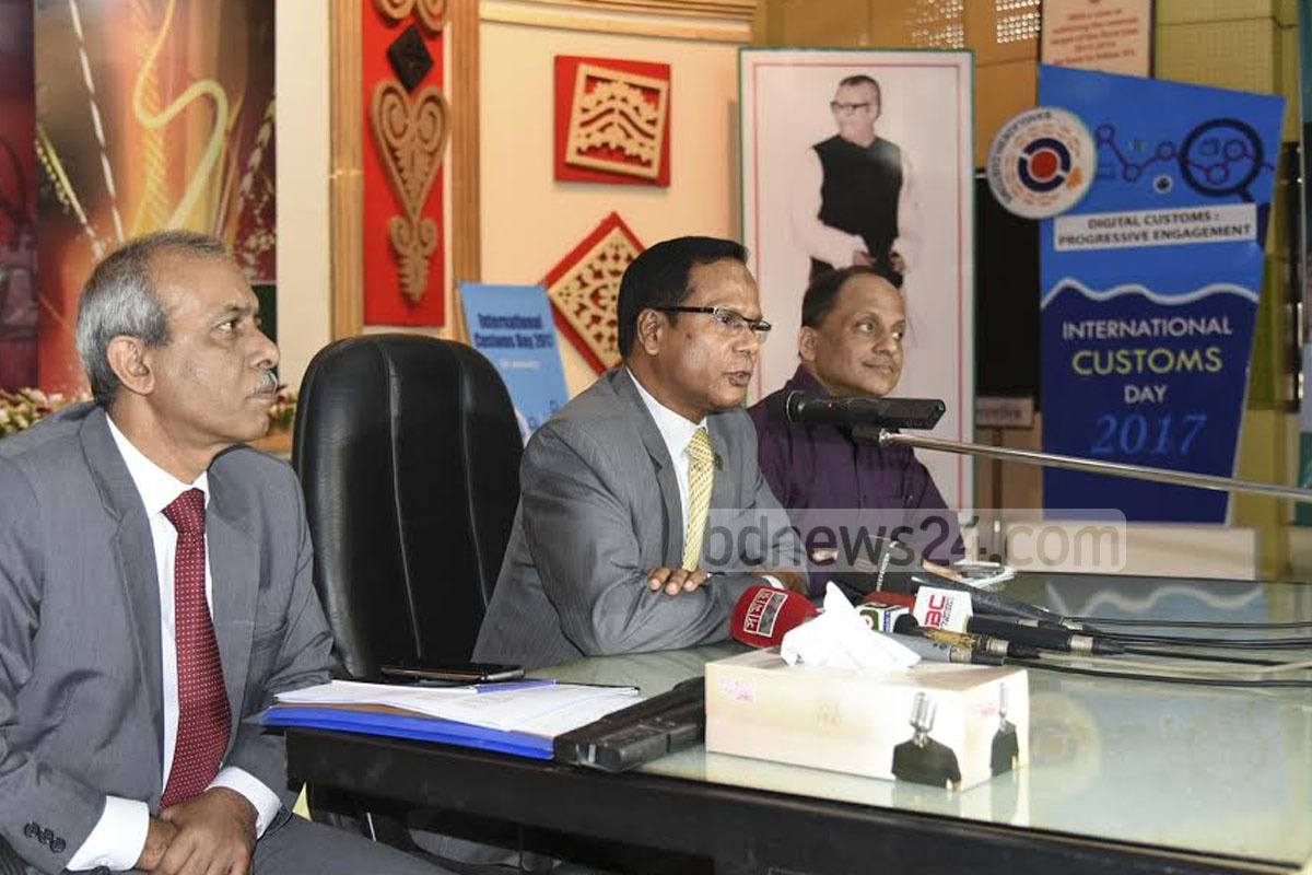 Anti-Corruption Commission Commissioner Aminul Islam speaks at a meeting with the Chittagong Customs and Chittagong Port officials on Monday. Photo: suman babu