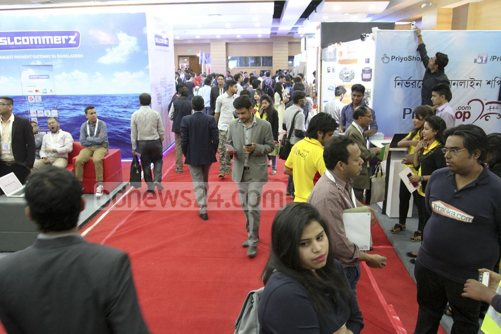 Visitors crowd the 'BASIS Softexpo 2017' floor at the Bangabandhu International Conference Centre in Dhaka on Wednesday. Photo: asif mahmud ove