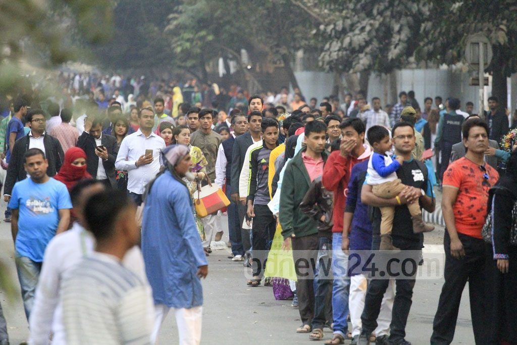 Long queues at the entrances to Amar Ekushey Book Fair on Friday, the first weekly holiday of the month-long fair. Photo: abdul mannan