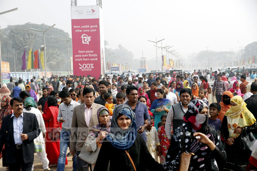 Visitors in their hundreds throng Dhaka International Trade Fair on Friday, the last public holiday of the four extended days for the fair. Photo: tanvir ahammed