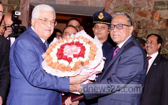 President Md Abdul Hamid welcomes his Palestinian counterpart Mahmoud Abbas to the Bangabhaban with flowers on Thursday.