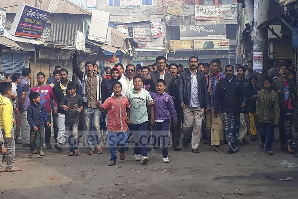 Protest continues in Sirajganj demanding punishment of those responsible for the death of daily Samakal Shahzadpur correspondent Abdul Hakim Shimul who died in harness while covering a factional feud between two Awami League groups that blown into widespread violence. The picture is taken on Saturday.