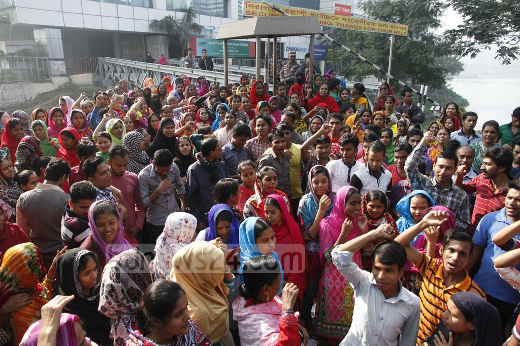 Workers of the Design and Source Readymade Garment factory hold demonstrations in front of the BGMEA building in Dhaka's Kawran Bazar on Saturday after the sudden closure of the factory. Photo: tanvir ahammed