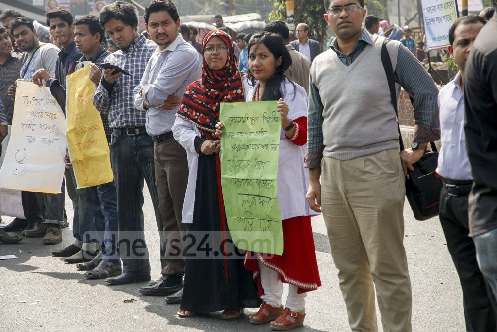 Doctors hold a demonstration at Dhaka's Shahbagh on Saturday to protest the inclusion of an SSC question said to be insulting to doctors. Photo: tanvir ahammed