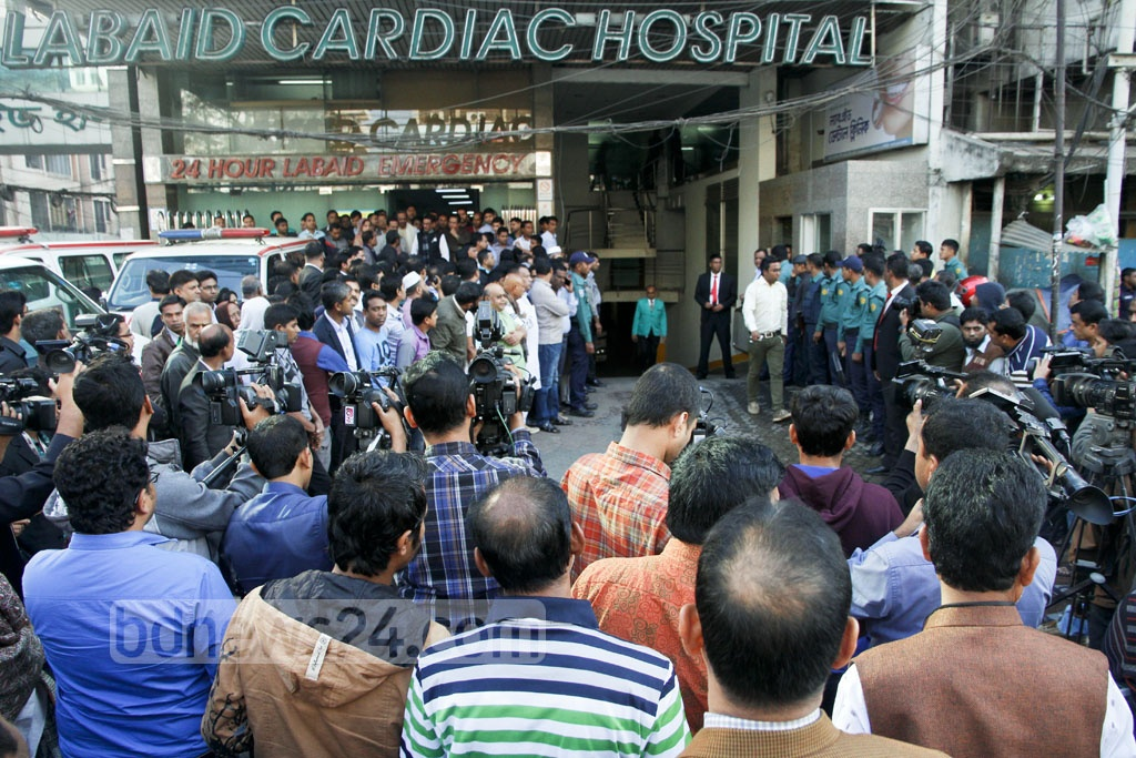 Friends, family and Awami League activists crowd the hospital Sunday morning after news of Suranjit Sengupta's demise spreads. Photo: tanvir ahammed