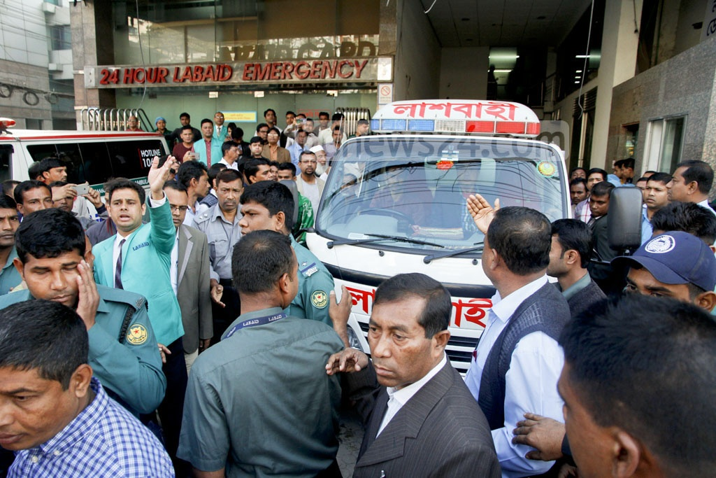 Hearse carrying the body of veteran politician Suranjit Sengupta leaves Labaid Hospital for his home in Dhaka's Jigatala on Sunday. Photo: tanvir ahammed
