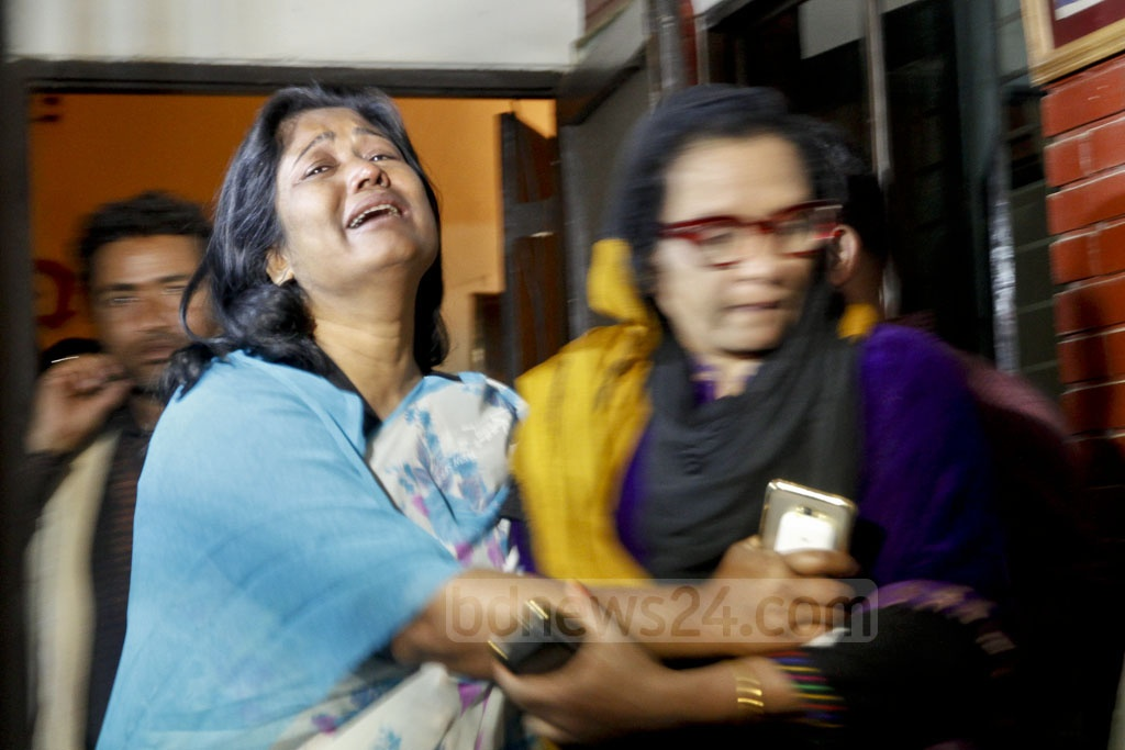 Many supporters and well-wishers broke into tears as the body of Suranjit Sengupta was taken to his home in Dhaka's Jigatala on Sunday. Photo: tanvir ahammed
