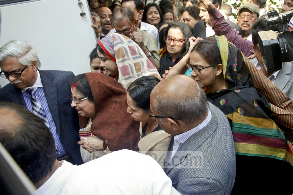 Family members of Suranjit Sengupta mourn beside the body of the late politician at his home in Dhaka's Jigatala on Sunday. Photo: tanvir ahammed
