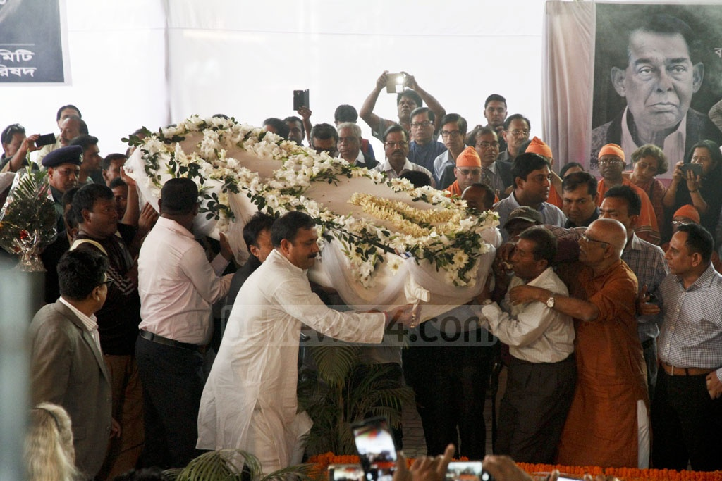 The body of Suranjit Sengupta being taken to Dhakeshwari National Temple on Sunday so people of the area can pay their final respects. Photo: tanvir ahammed