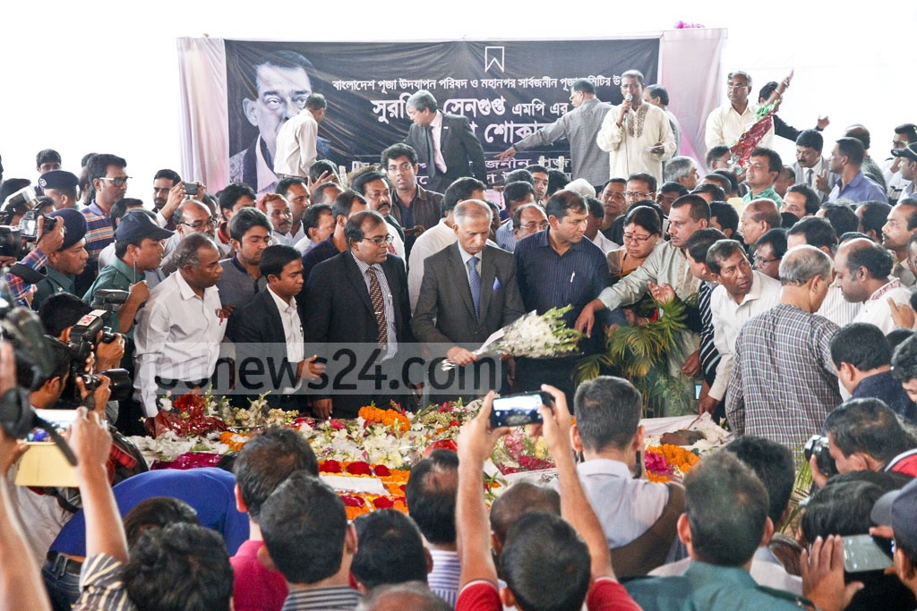 Dhaka University Vice Chancellor Professor AAMS Arefin Siddique at Dhakeshwari National Temple to pay his last respects to departed politician Suranjit Sengupta on Sunday. Photo: tanvir ahammed