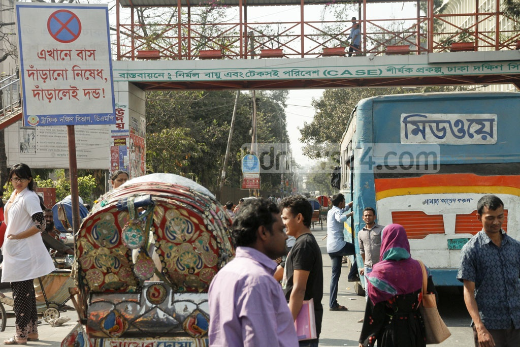 Most bus drivers overlook bans on stopping buses -- photo taken on Wednesday at Dhaka's Shahbagh. Photo: tanvir ahammed