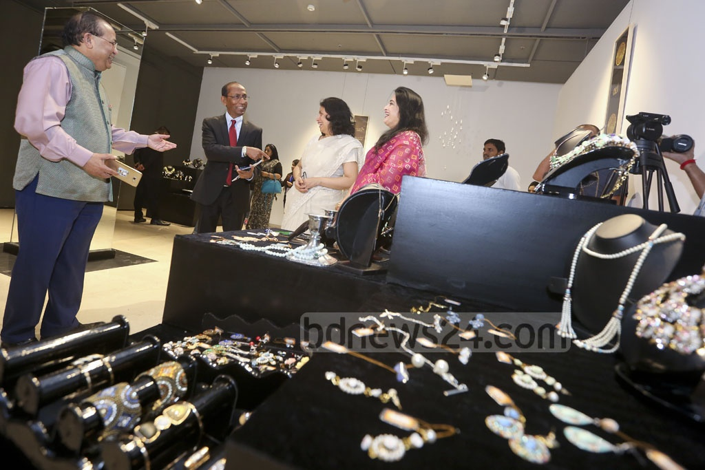 Ora jewelleries come from diverse settings, with offerings from east to west in one collection. The brand's journey began with a three-day exhibition at Gulshan's Edge Gallery on Friday.