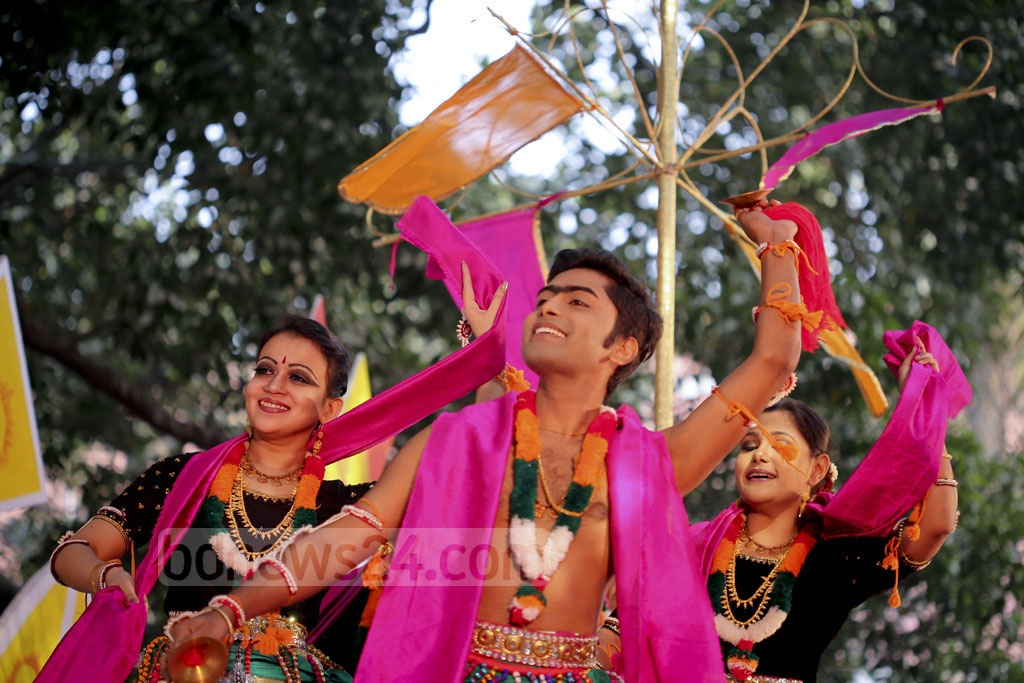 Dancers welcome spring in a performance at 'Bakultola' at Dhaka University's Faculty of Fine Art on Monday. Photo: asaduzzaman pramanik