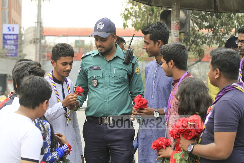 Red Roses for pollicemen on Valentine's Day at Dhaka's Kakrail -- a Rover Scout initiative. Photo: abdul mannan