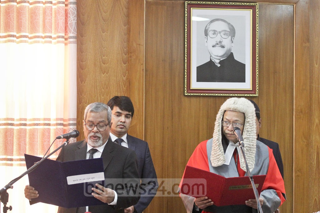 Former secretary KM Nurul Huda being sworn in as the 12th chief election commissioner of Bangladesh by Chief Justice Surendra Kumar SInha at the Supreme Court Judges' Lounge on Wednesday. Photo: asif mahmud ove