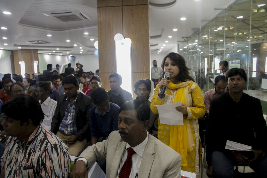Citizen journalists throwing questions at Dhaka South Mayor Sayeed Khokon on civic facilities at an event to celebrate the sixth anniversary of blog.bdnews24.com.