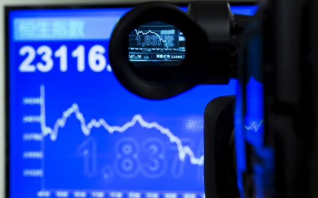 FILE PHOTO: An electric display chart showing the afternoon trading trend of the blue chip Hang Seng Index is seen through a camera at a brokerage in Hong Kong, China July 8, 2015. Reuters