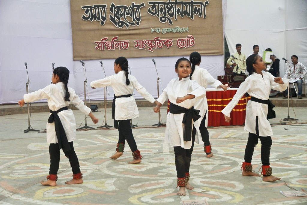 A dance sequence at 'Amar Ekusher Anushthhanmala' organised by the Sammilito Sangskritik Jote at the capital's Rabindra Sarobor in Dhanmondi on Sunday to mark the Feb 21 Language Movement Day.