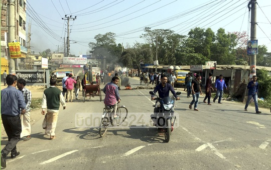 A transport workers strike over clashes with police obstructs a Sylhet road on Saturday morning. The strike was later called off.
