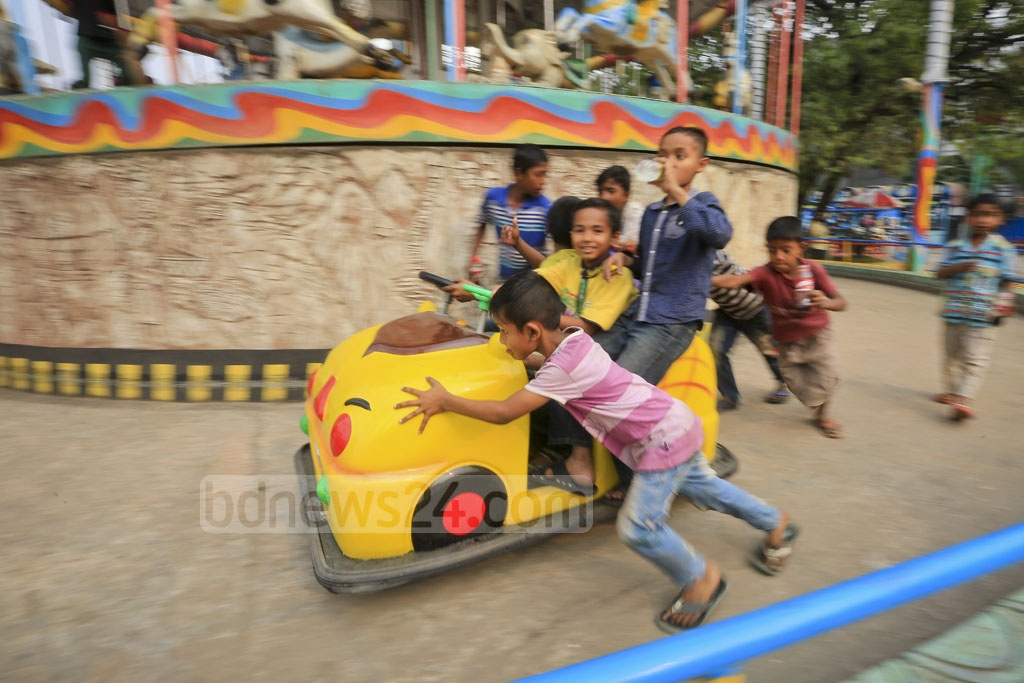 'Shishu Mela' in Shyamoli has been reopened on Sunday with a new name, 'DNCC Wonderland'. Entry has been kept free for street children. Photo: asaduzzaman pramanik
